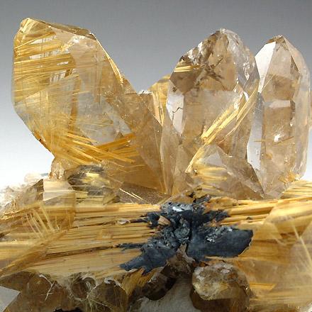 ヘマタイトを基点に成長するルチルを水晶が取り込んでいます