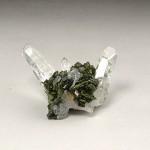 エピドート(緑簾石)付き水晶クラスター