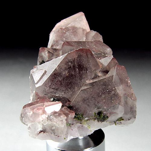 水晶内部に透けて見えるヘマタイト(赤褐色)と表面に付着するのエピドート(緑色)