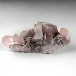 ヘマタイトの層を内包し赤褐色に見える水晶