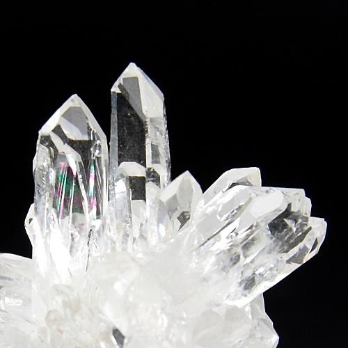 結晶が隣り合わせに重なるなる部分で輝く虹