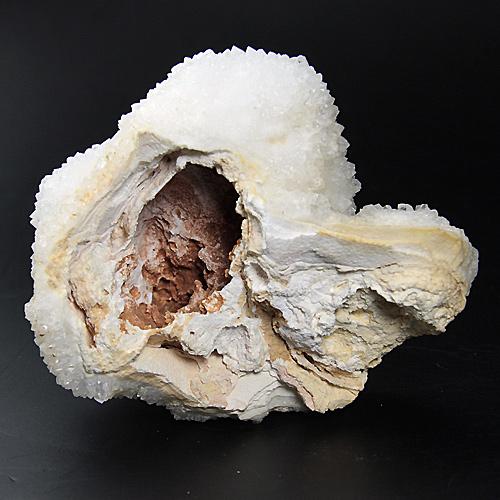 母岩部の内部は空洞となっています