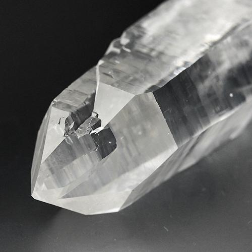 柱面から錘面へと複雑な造形を見せる水晶
