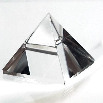 ピラミッド型にカットされた水晶