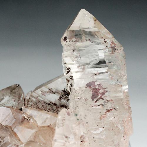 大変複雑な柱面を持つ水晶
