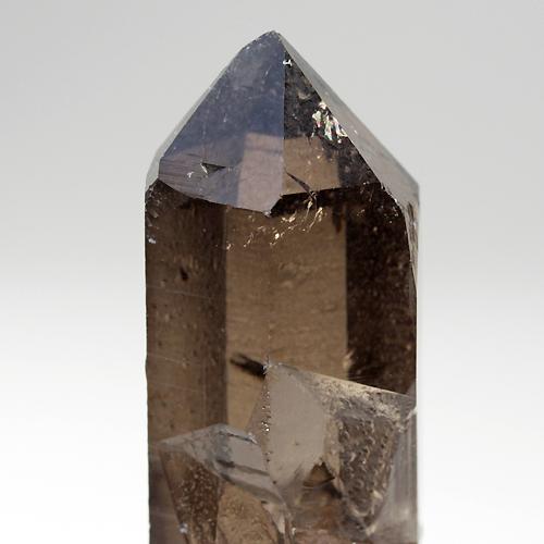 深い色合いと透明感が特徴的なモンブラン水晶